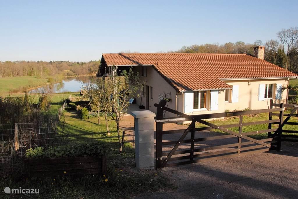 Aan de D96 in Champs Romain ligt ons huis met grote tuin, van waaruit je zo naar het zwem- en vismeer loopt.