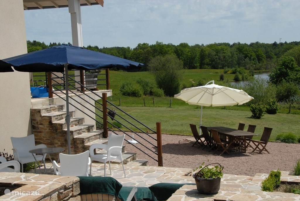 Er zijn diverse terrassen: boven aansluitend aan de woonkamer, aan de zijkant van het huis en een groot terras in de tuin. Als er erg veel zon is kan ook in de carport gezeten worden.