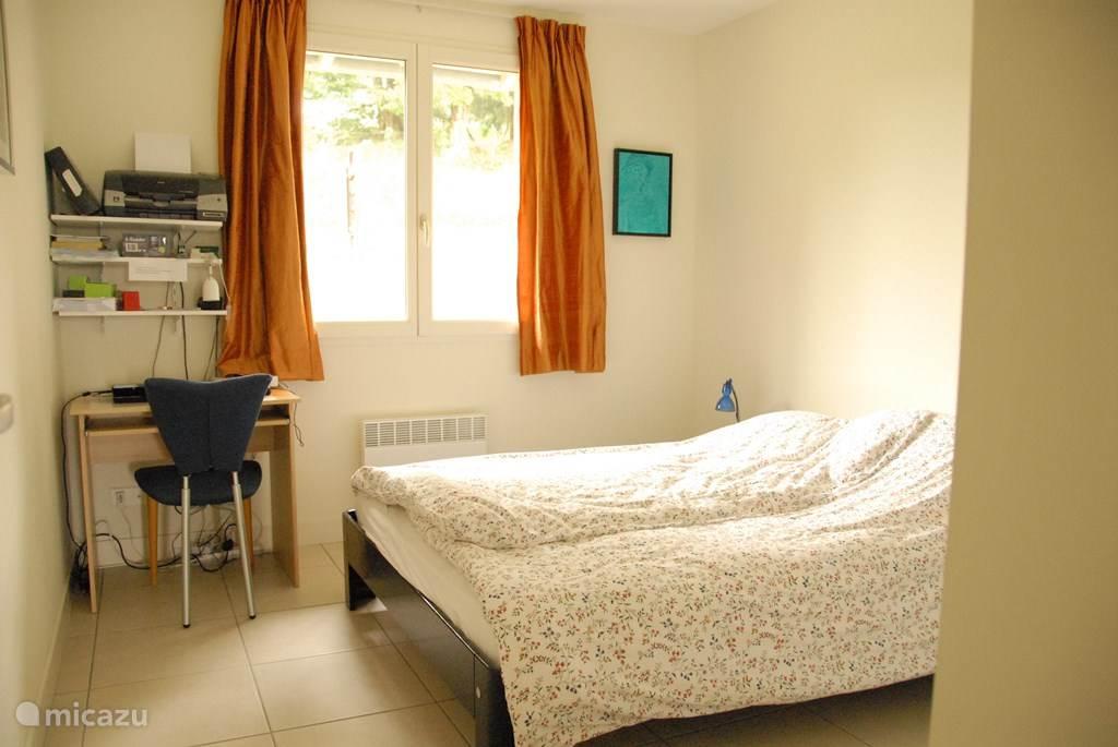 Slaapkamer 2, tweepersoonsbed met eenpersoonsdekbedden. Computerbureau en 2 kledingkasten