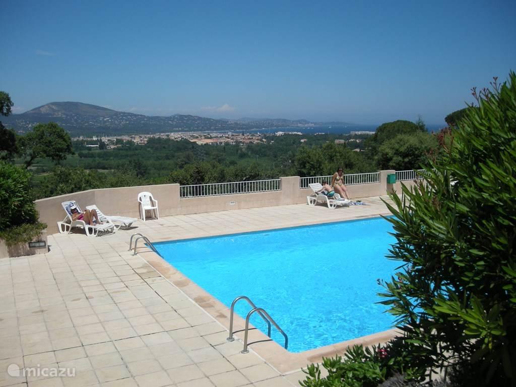 Zwembad met uitzicht op de golfe de St. Tropez.