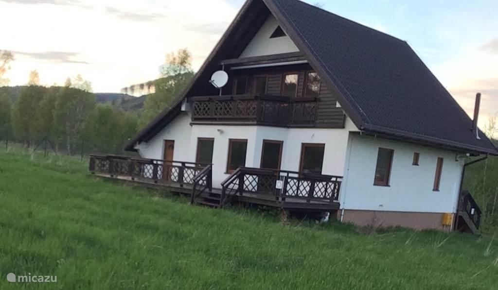 Gelegen in een klein dorp, bergtoppen zie je rondom het huis