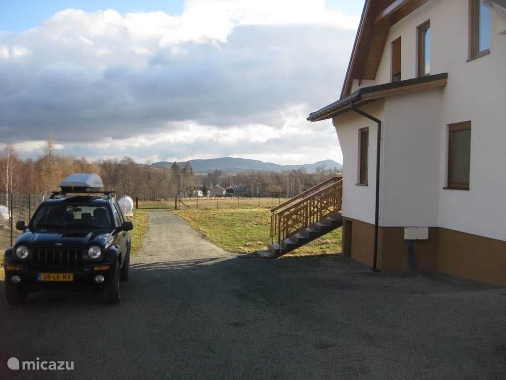 Huis aan de achterzijde met parkeergelegenheid