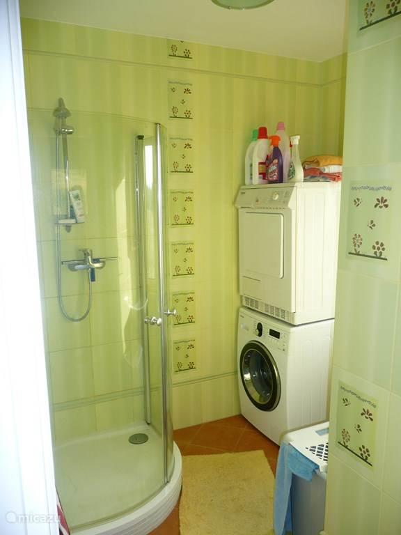 Doucheruimte met wasgelegenheid