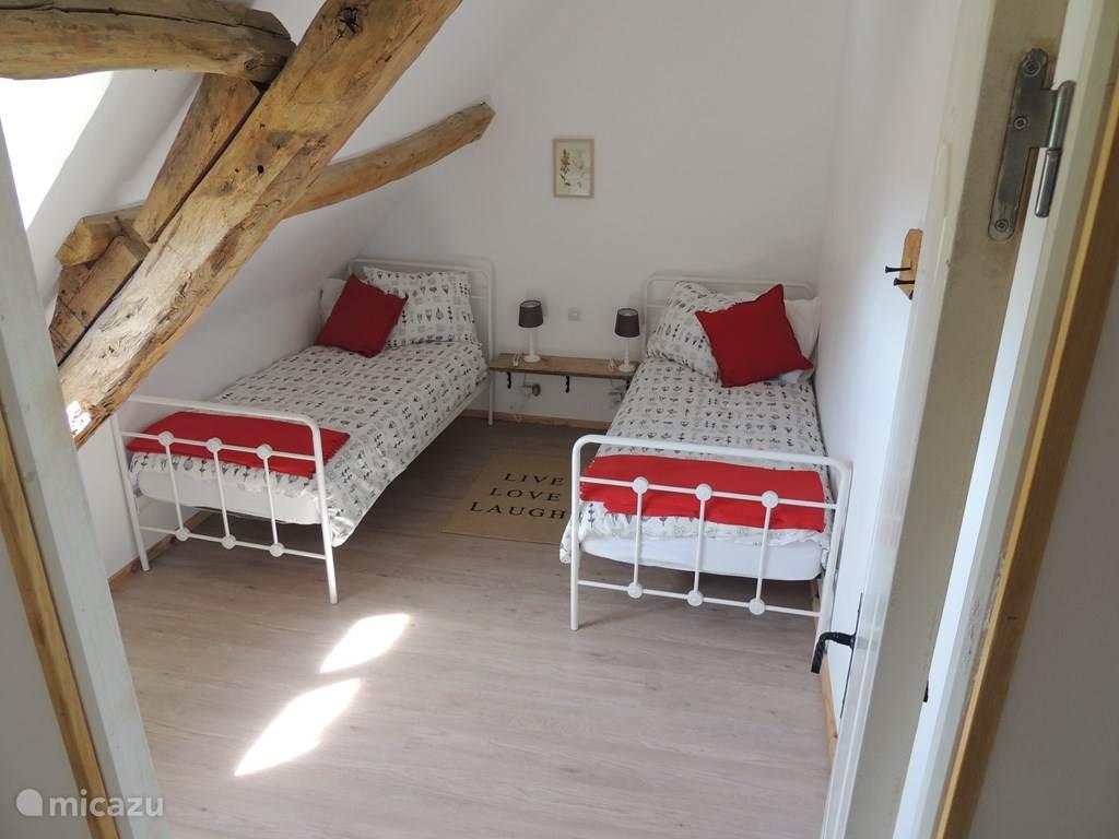 Kleine slaapkamer met 2 losse bedden