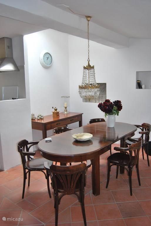 De eetkamer op de bovenverdieping