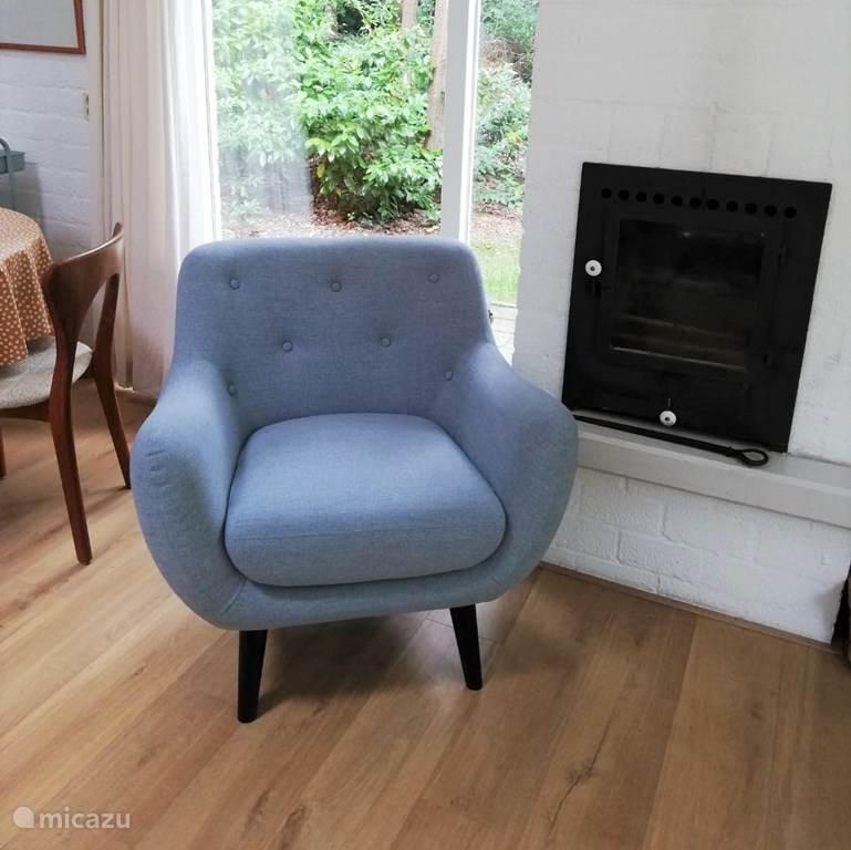 Nieuwe retro fauteuil bij de sfeerkachel van het Externest