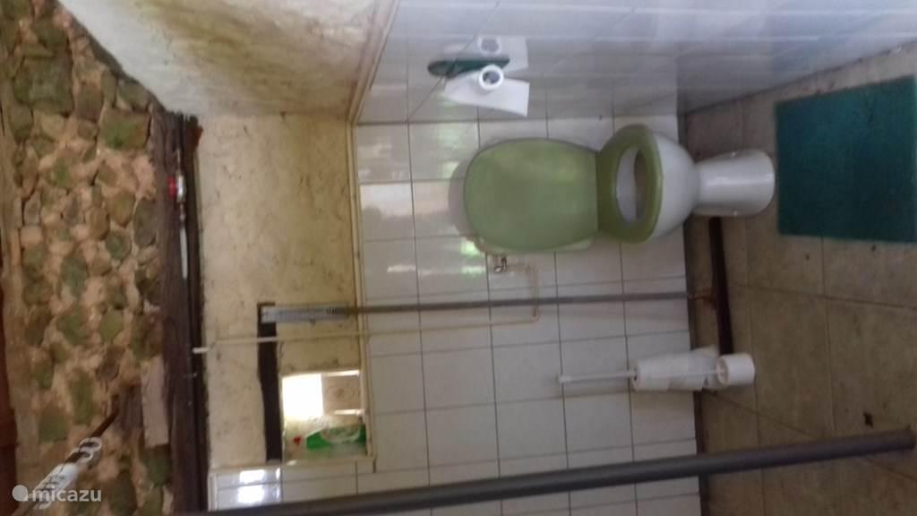 buiten douche en wc in voormalige varkenshokken
