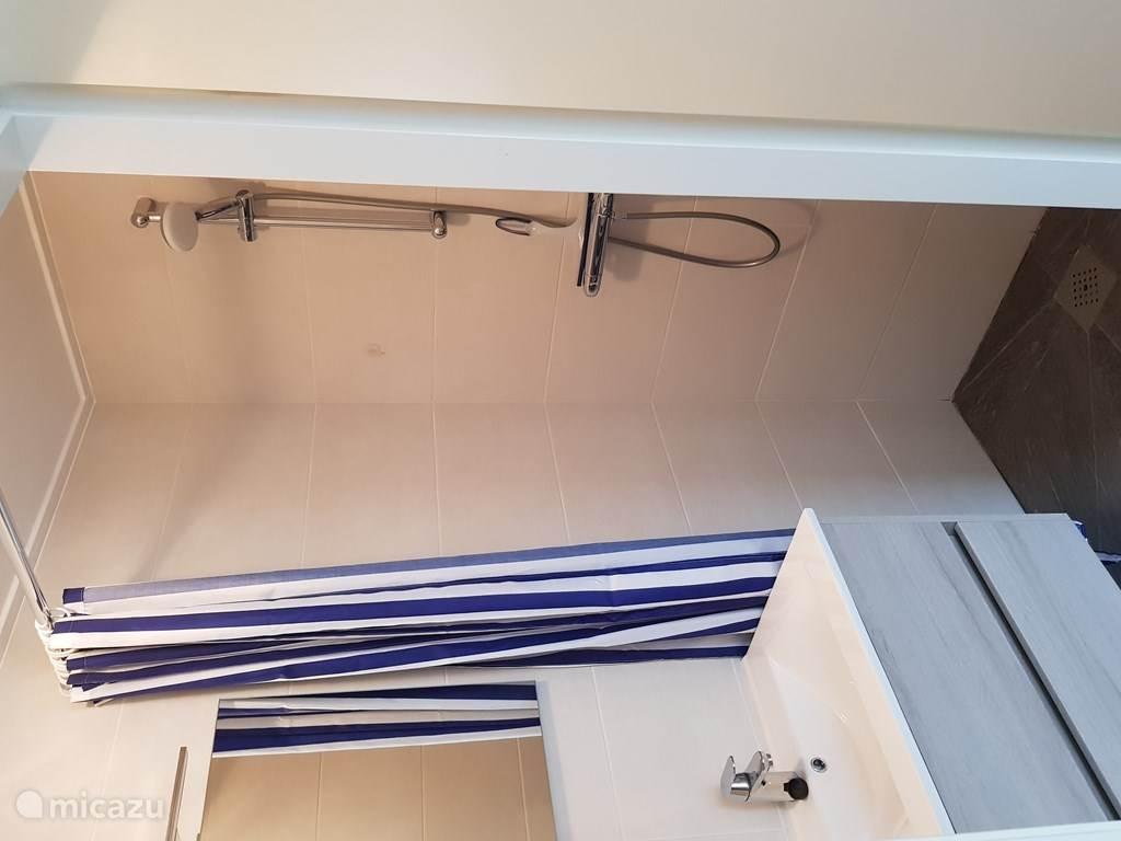 Douche eerste badkamer