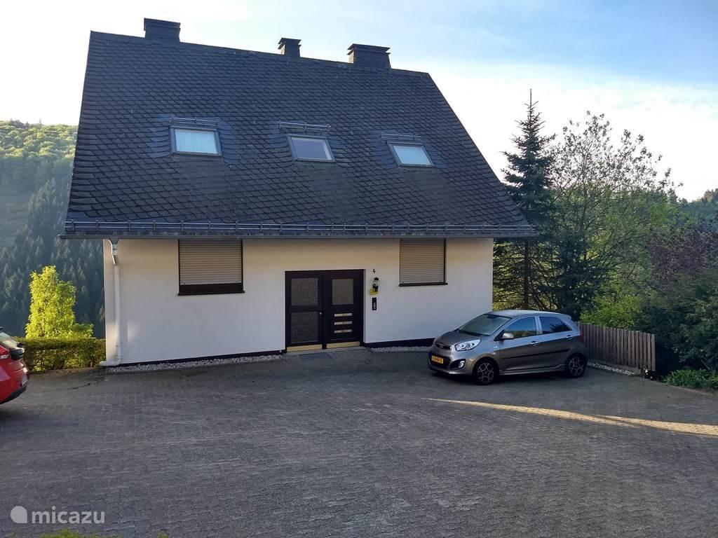 Het huis met de bijbehorende parkeerplaats
