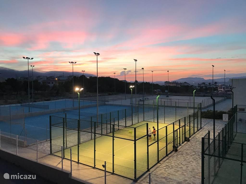 Tennis banen gelegen naast het complex