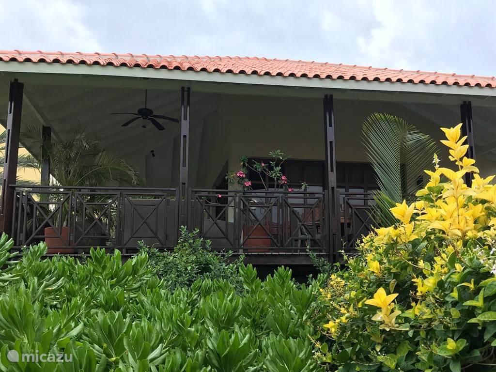 Het vrijstaande huis (geen duplex!) heeft een deur aan een pad, zonder trap, en aan de waranda zijde een onbelemmerd uitzicht.