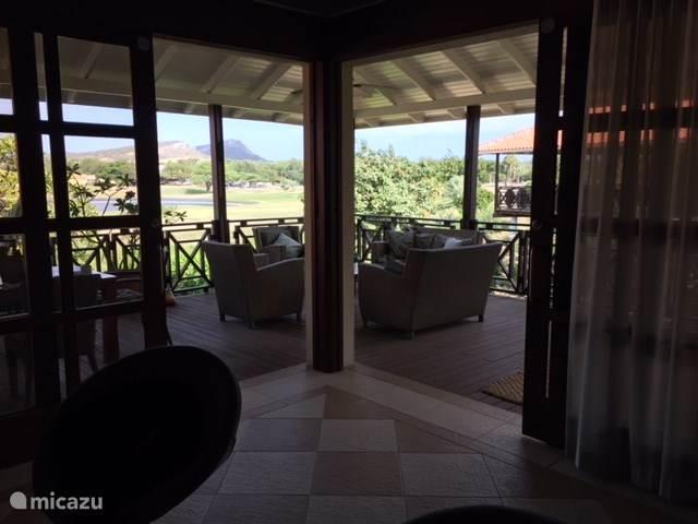 Vanaf de grote waranda is er een prachtig uitzicht over de golfbaan en omgeving. Hier geniet u de hele dag in de zit, eet en zonnehoek. Een koele bries zorgt voor de perfecte gevoelstemperatuur
