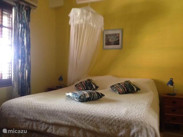 De twee grote slaapkamers hebben samen 2 x 2 grote beddenen 1x 1pp bed Er zijn airco's, fans en klamboens.