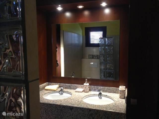 Er zijn twee ruime badkamers met een douche. Er is een wasmachine en het 'wasje' droogt in enkele uren.