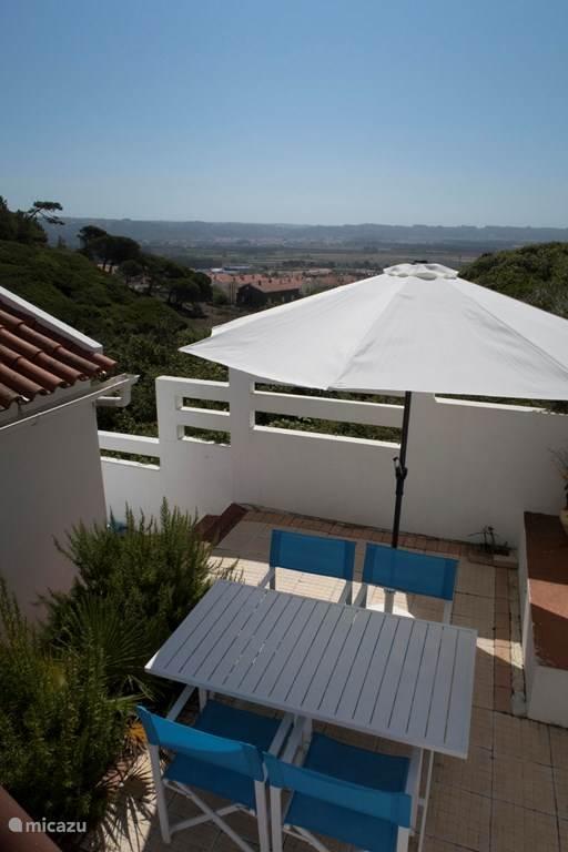 het terras achter de woning biedt veel privacy