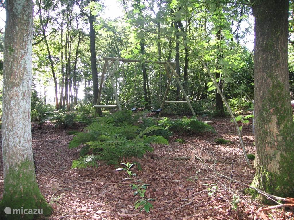 De 2 schommels in ons eigen bos. De schommels zijn te verwisselen met andere speelsystemen.