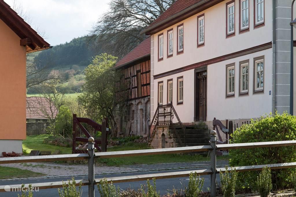 Het huis met schuur, via de tuin kijk je naar het Unesco beschermd natuurgebied.