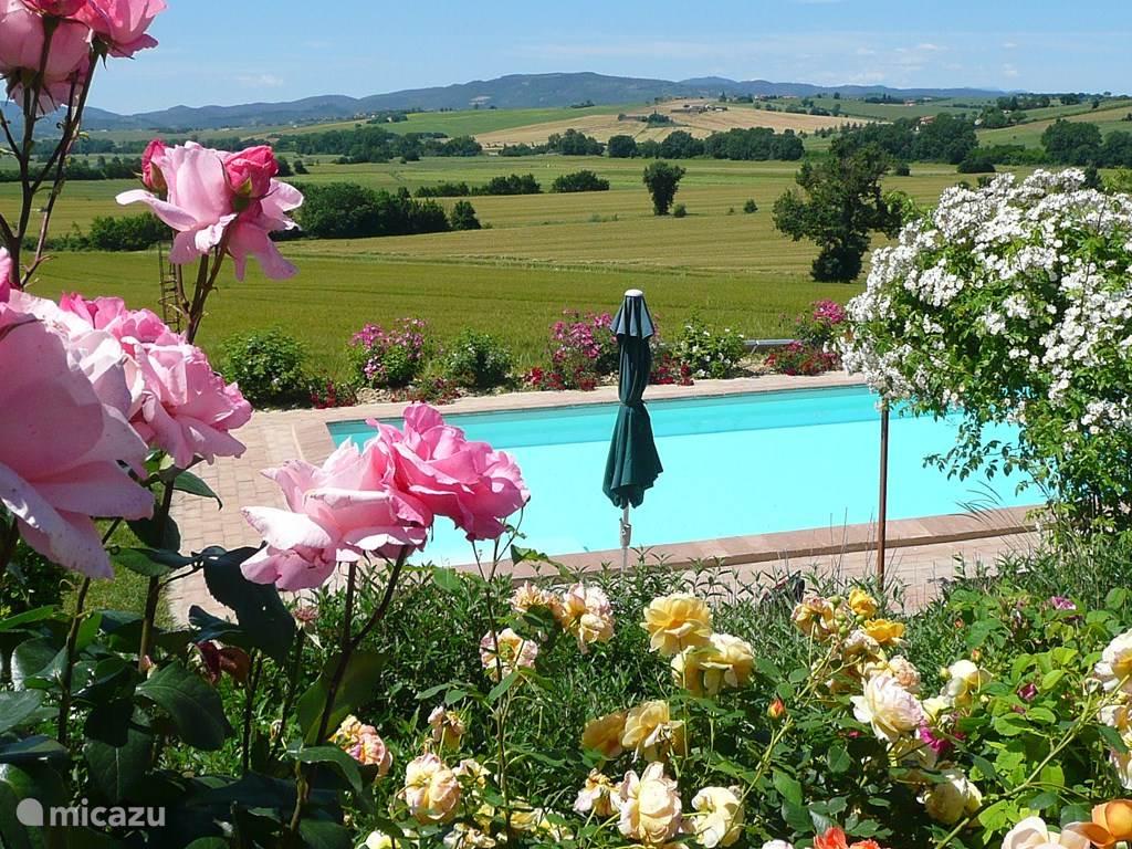 Het zwembad ligt op het zuiden en heeft een prachtig uitzicht op de heuvels en bergen in de verte.