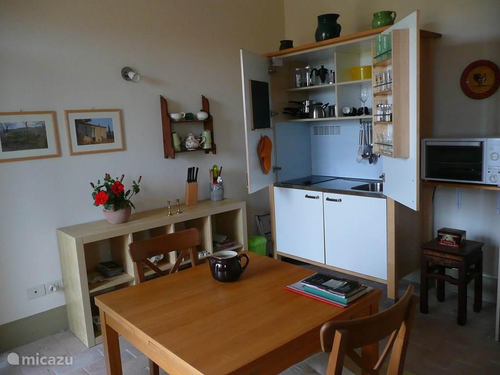 De kitchenette in de studio, met 2 kookplaten,en een kleine koelkast.