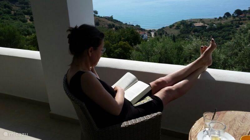 's Ochtends lezen op balkon, dadelijk lekker zwemmen....