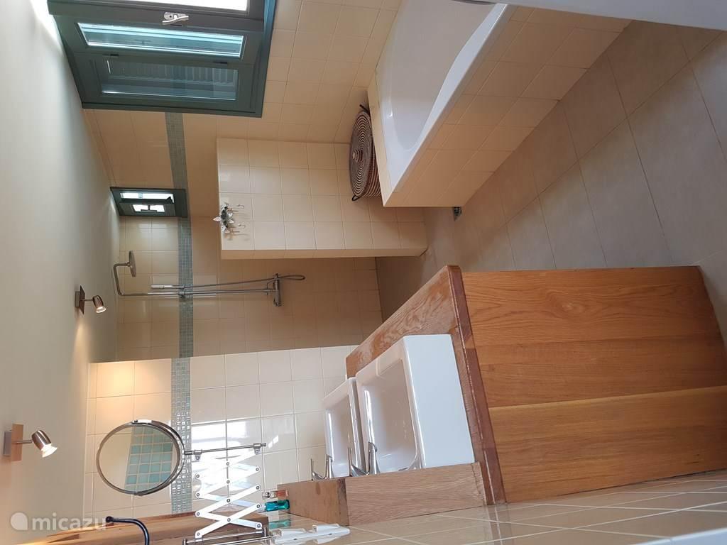 Een van de twee luxe badkamers.