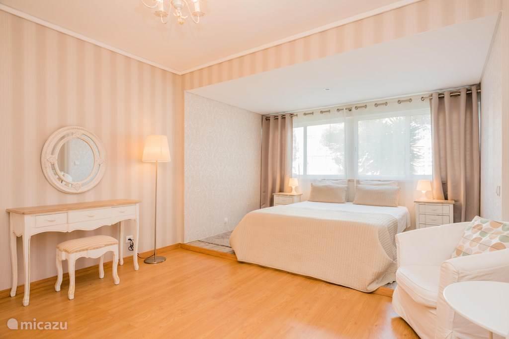 ruime slaapkamer met queen bed