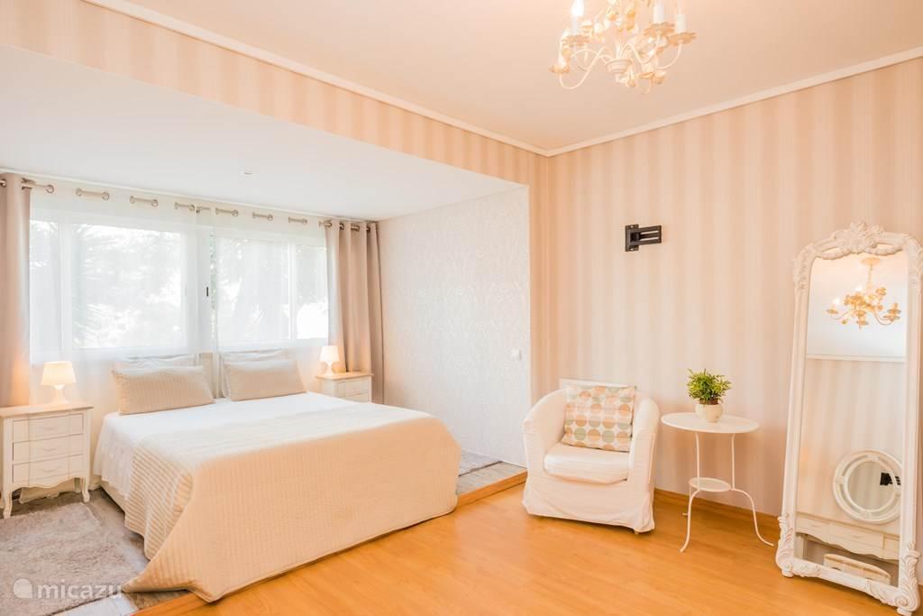 elegante ruime slaapkamer