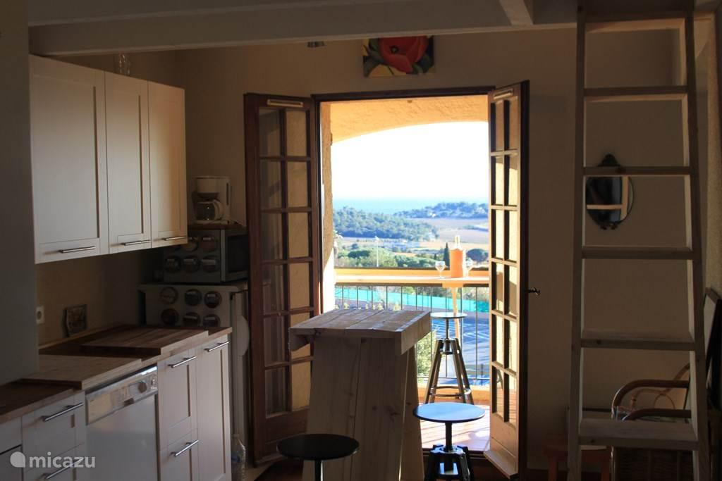 Ook vanuit de ruime nieuwe keuken kan je van het uitzicht genieten