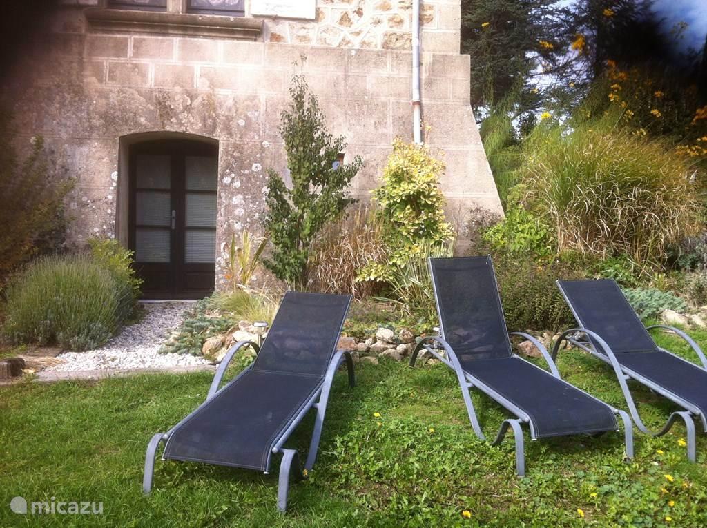 ligstoelen in de tuin