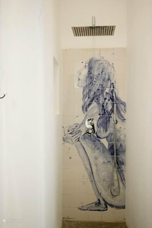 Rainfall shower met een handgeschilderd tegel tableau  Rain fall shower wit a hand painted tile panel.