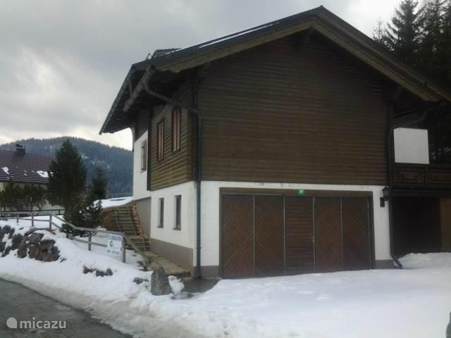 Achterzijde van de woning met dubbele garage