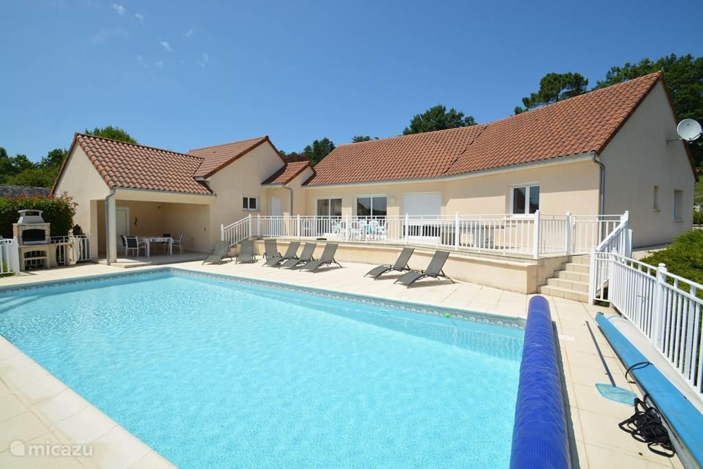 Het verwarmde zwembad bevindt zich net vóór de villa