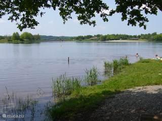 Zwemmen en vissen in het meer