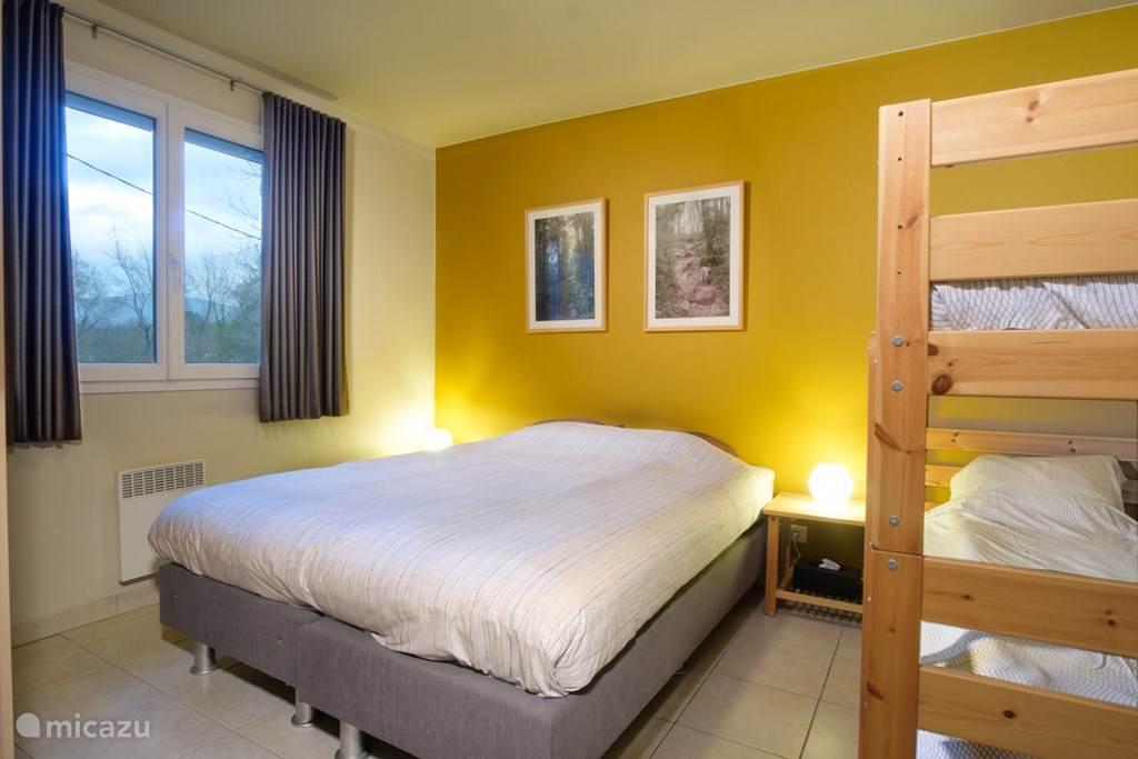 Slaapkamer met dubbel bed en stapel bed