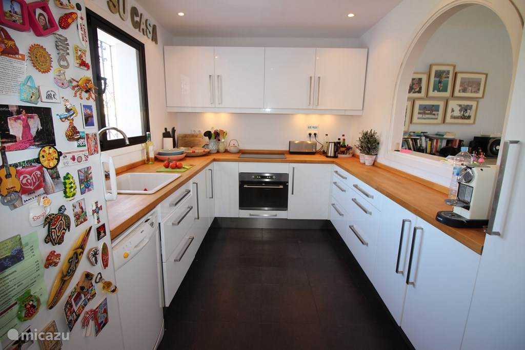 Keuken incl. vaatwasmachine, oven, magnetron, waterkoker, broodrooster etc