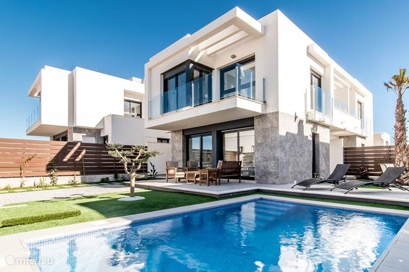 Moderne nwe villa met prive zwembad in los montesinos for Vakantiehuisjes met prive zwembad