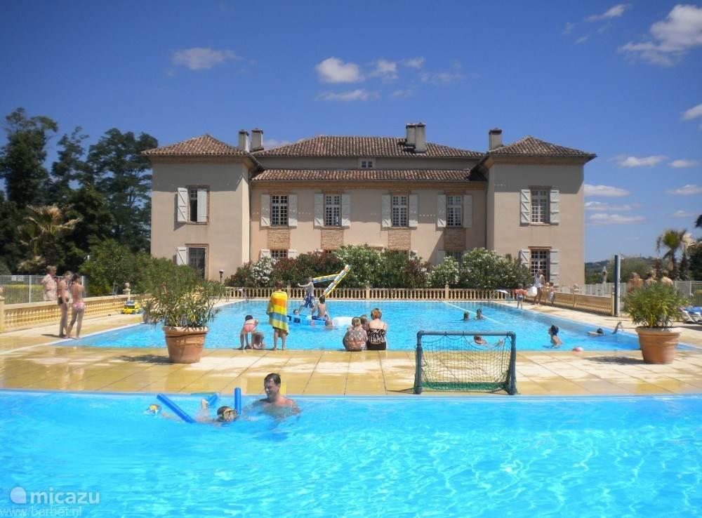 Zwembad aan achterzijde Château