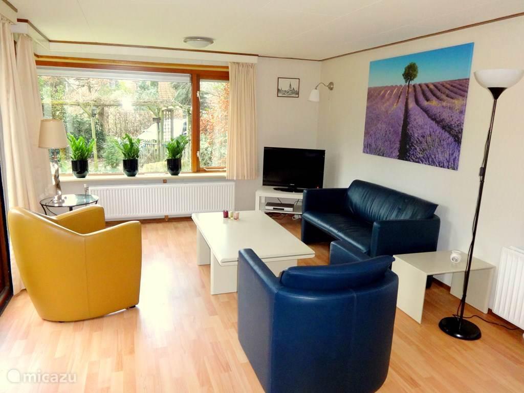 De woonkamer is licht en gezellig ingericht