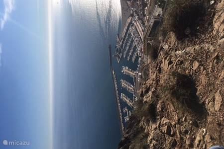 Overzicht van haven en strand