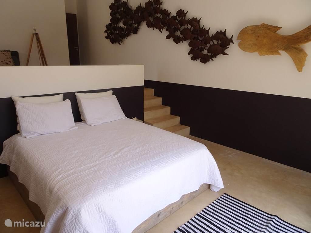 slaapkamer met kingsize bed