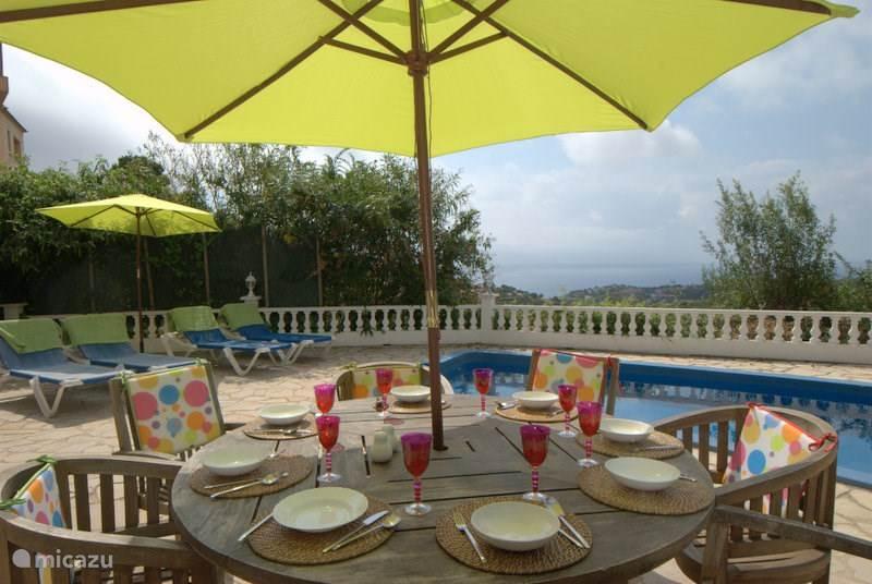 Heerlijk buiten eten bij het zwembad