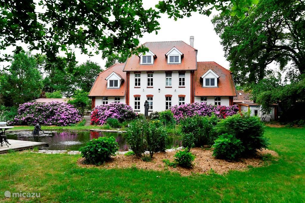 Voorzijde van het huis: Wielen 1 (6 persoons) is rechts, Wielen 2 (12 persoons) is links.