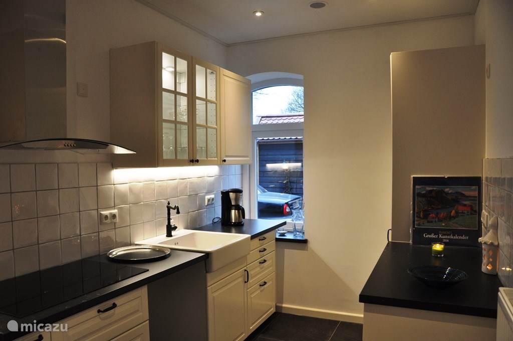 Keuken met koelkast/diepvries, oven/magnetron