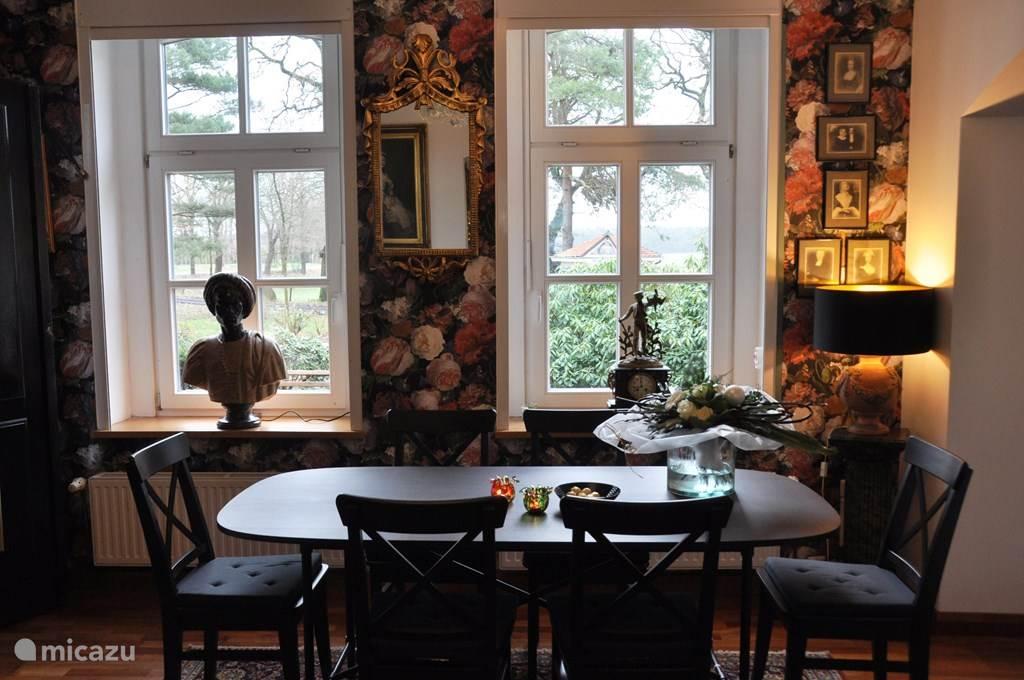 Eetkamer, er staan 2 tafels voor 6 personen in Wielen 2