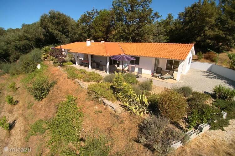 Casa Oliveirinha is een 4-6 persoons vakantiehuis met een geweldige veranda.