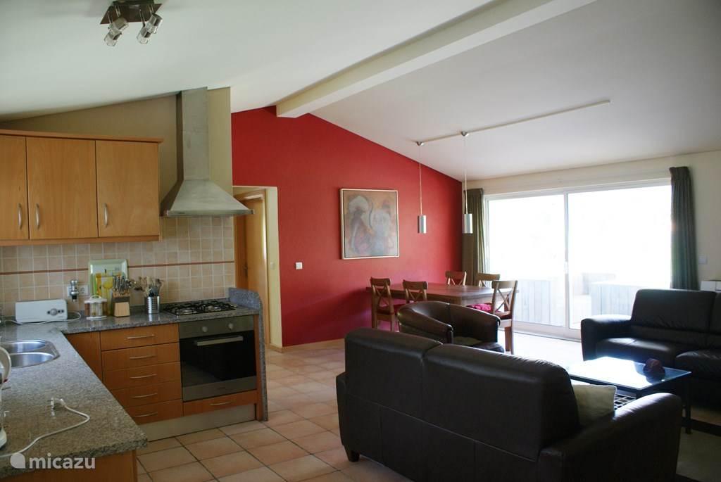 Keuken/eetkamer met schuifdeuren naar veranda