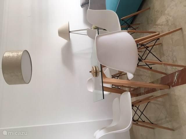 Eetkamer met voldoende stoelen