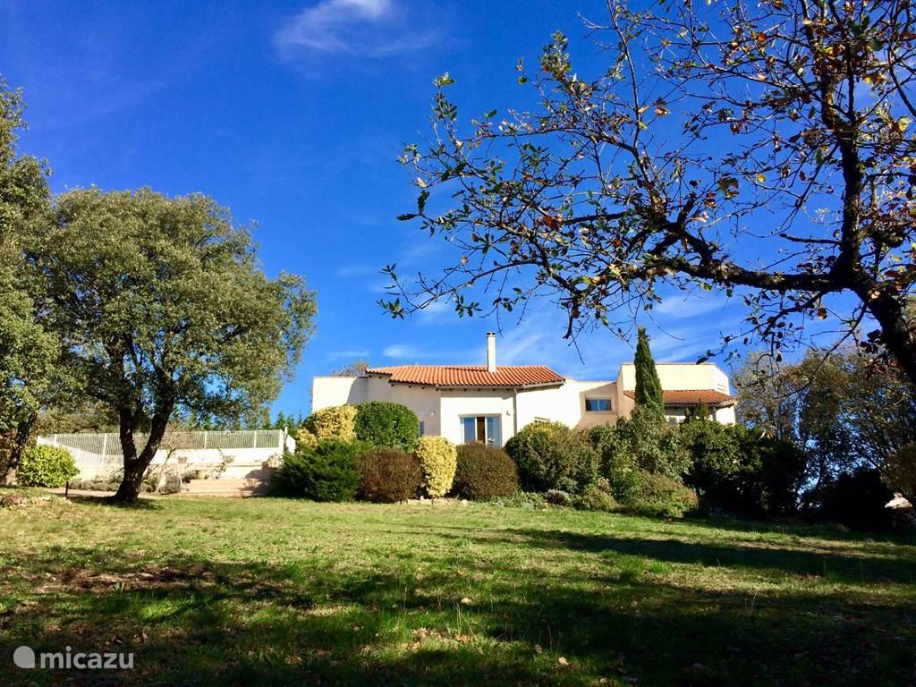 Het huis gezien vanaf de tuin