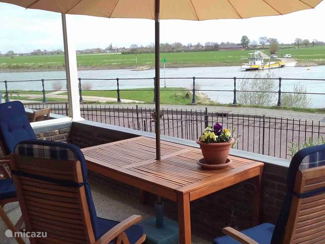 Vakantiewoning Aan Het Veer met uitzicht over de rivier