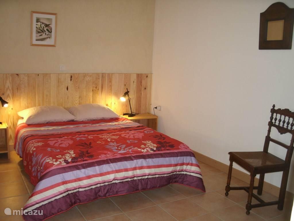 slaapkamer met 2-persoonsbed en hang-legkast